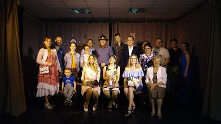 """Театр-студия """"Клуб любителей театра"""" Фото со зрителями после спектакля"""