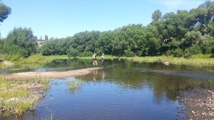 Николай Николаевич и Саша Вьюнов рыбачат на обмелевшей Ловати