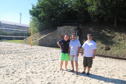 """Erwin Richter, Vbgm. Gerhard Lentschig und Peter Hofbauer vor dem """"Mount Hafenamt"""", der nicht nur eine Tribüne, sondern auch eine Plattform """"on top"""" bekommen könnte."""