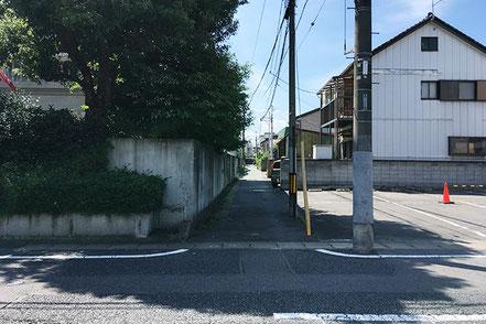 駐車場手前を左折、細い路地を進んで右手です