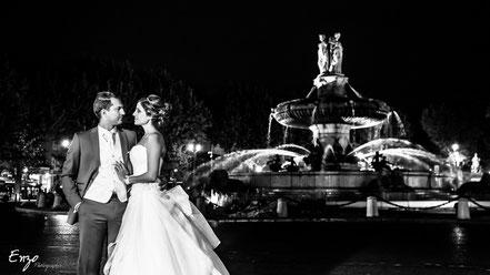 Photo de couple devant la rotonde à aix en provence