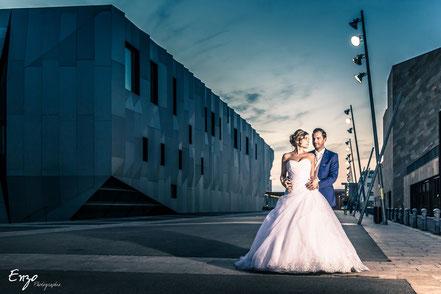 Photo de jeune marié devant le conservatoire Darius Milhaud