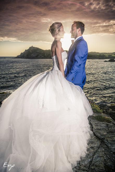 Photo de jeune marié en bord de mer devant les iles du Gaou