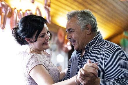 Spanisch lernen: Menschen beim Tanz