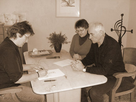 Carola Sonntag in der Grabstein-Beratung mit zwei Kunden