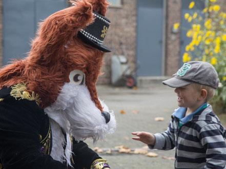 """Alt:""""Nero der Fuchs mit einem Kind beim Kindertag 2016 im Eisenbahnmuseum Bochum"""""""