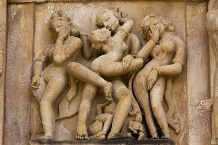 Un voyage pour découvrir la diversité de la nature et de la culture indienne. Circuit chargé d'histoire. Ici, un bas-relief d'un temple exotique de Khajuraho.