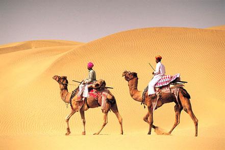 Le Rajasthan est la terre des maharajas. On y découvre palais, cénotaphes,temples hindous ou jains, et le désert du Thar. Ici, deux dromadaires et leurs cavaliers des les dunes du désert du That.