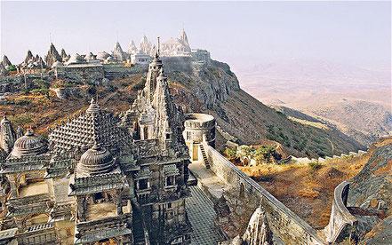 Le Gujarat : un état qui mérite d'être connu : réserves naturelles, plages paradisiaques, coutumes ancestrales,  architectures originales. Ici, Palitana et ses remarquables temples.