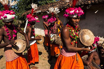 L'Orissa, un état peu visite mais qui regorge de merveilles. Ici, des membres d'une tribu défilent en jouant de la musique. Dépaysement assuré.