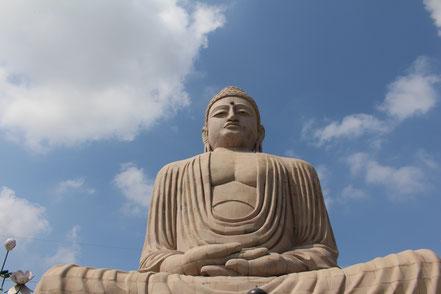 La grande statue de Bouddha à Bodhgaya dans le Bihar. C'est la que Bouddha aurait atteint l'illumination sous le ficus sacré. C'est la que se recueillent les moines et les pèlerins, dans l'enceinte du Mahabodhi temple.