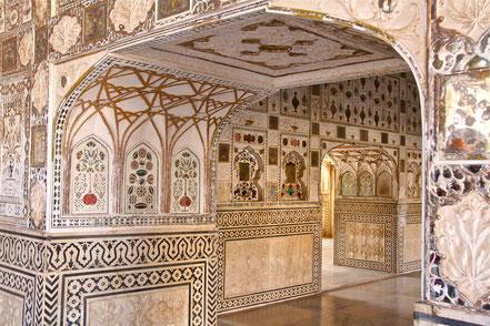 Le Rajasthan est la terre des maharajas. On y découvre palais, cénotaphes,temples hindous ou jains, et le désert du Thar. Ici, une salle du fort d'Amber à Jaipur.