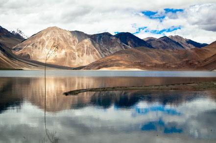 Paysage du Ladack : lac et montagnes. Un décor extraordinaire, loin de la foule. Pour les amoureux de paix et de nature.
