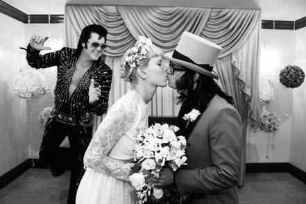 Junges Brautpaar heiratet mit Elvis in der Graceland Wedding Chapel Las Vegas