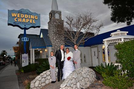 Brautpaar mit Gästen vor der Graceland Wedding Chapel Las Vegas