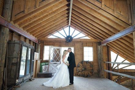 Brautpaar bei einer romantischen Geisterstadthochzeit in Nelson Nevada