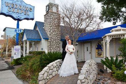 Deutsches Hochzeitspaar vor der Graceland Wedding Chapel in Las Vegas
