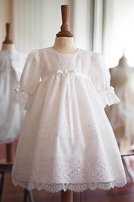 18d5487787a9f Robe baptême bébé fille courte en dentelle blanche. Fait-main dans l atelier