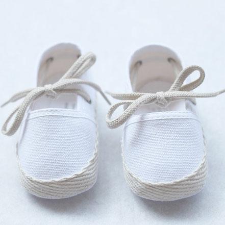 Espadrilles cérémonie bébé en toile blanche. Chaussures cérémonie bébé. Fil de Légende. Magasin vêtements baptême Paris, Neuilly-sur-Seine. Envois dans toute la France.