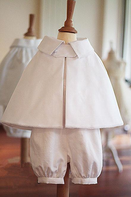 Cape baptême garçon coton blanc Fil de Légende. Magasin vêtements de baptême Paris, Neuilly-sur-Seine. Envois dans toute la France.