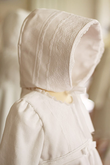 Bonnet bapteme bebe hiver en velours blanc et dentelle française. Beguin baptême bébé Stella, Fil de Legende. Magasin vêtements baptême Paris, Neuilly-sur-Seine. Expédition en France et à l'international.