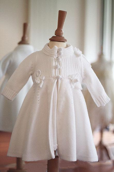 Manteau baptême hiver bébé fille lainage blanc Pauline Fil de Légende. Magasin vêtements de baptême Paris, ile de France. Envois dans toute la France.