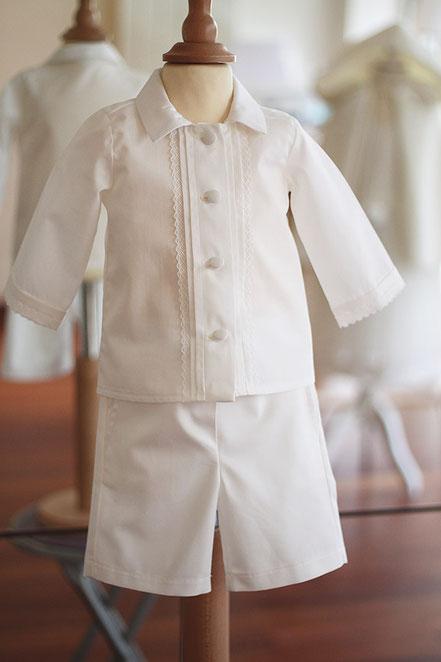 Bermuda cérémonie garçon coton balnc. Tenue baptême bébé Oscar, Fil de Légende. Magasin vêtements baptême Paris, Neuilly-sur-seine. Envois dans toute la France et à l'international.