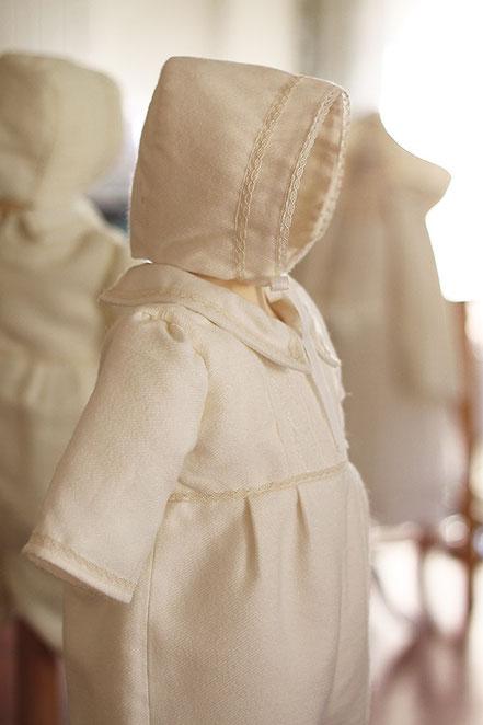 Bonnet baptême hiver bébé fille ou bébé garçon. Béguin baptême lainage blanc et dentelle Thomas, Fil de Légende. Magasin vêtements baptême Paris, Neuilly-sur-Seine. Envois dans toute la France.