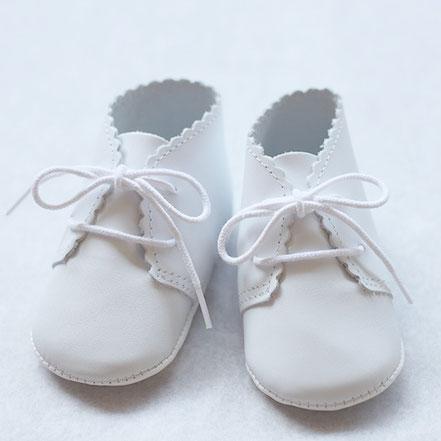 Chaussons cérémonie bébé garçon en cuir blanc. Chaussures cérémonie bébé. Fil de Légende. Magasin vêtements baptême Paris, Neuilly-sur-Seine. Envois dans toute la France.