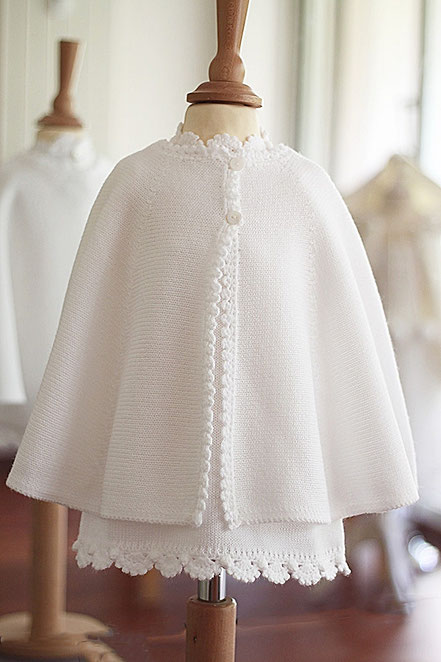 Cape baptême bébé hiver en lainage blanc Pauline Fil de Légende. Magasin vêtements baptême Paris, Ile de France. Envois dans toute la France.