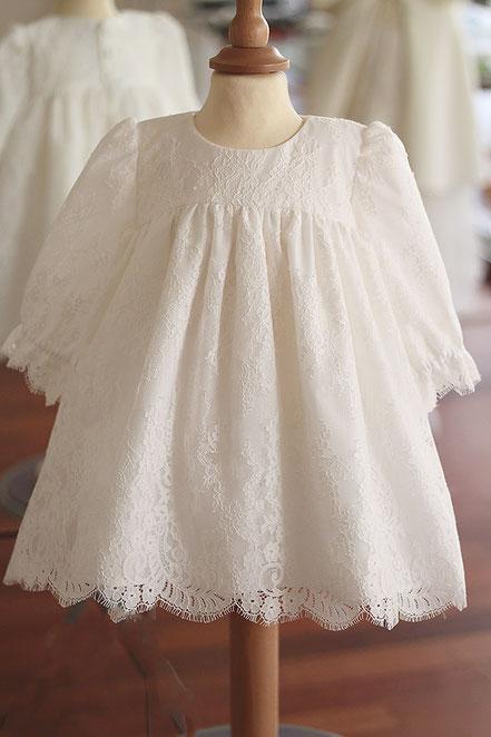 Robe baptême bébé fille courte dentelle italienne blanche, manches longues. Fait-main France. Magasin vêtements de baptême Paris, Ile de France. Envois dans toute la France.
