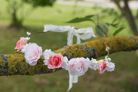 Couronne fleurs cheveux enfant mariage. Couronne fleurs roses petite fille Fil de Légende. Magasin vêtements baptême Paris, Neuilly-sur-Seine. Envoi dans toute la France, en Europe et dans le monde.
