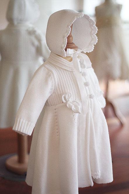 Bonnet de baptême bébé hiver en lainage blanc Pauline Fil de Légende. Magasin vêtements baptême Paris, Ile de France. Envois dans toute la France.
