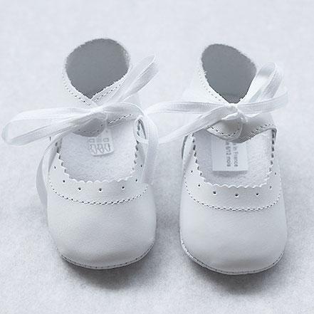 Ballerines cérémonie bébé fille en cuir blanc. Chaussures cérémonie bébé. Fil de Légende. Magasin vêtements baptême Paris, Neuilly-sur-Seine. Envois dans toute la France.