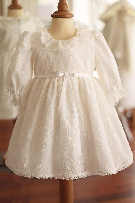 Robe baptême bébé fille courte dentelle italienne, manches longues. Fait-main France.  Magasin vêtements de baptême Paris, Ile de France. Envois dans toute la France.