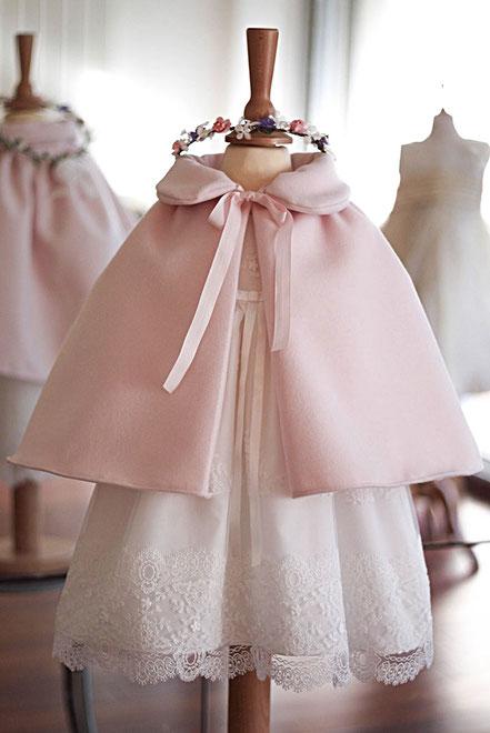 Cape cérémonie bébé en lainage rose Fil de Légende. Magasin vêtements baptême Paris, Neuilly. Envoi dans toute la France.