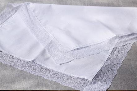 Serviette de baptême en coton bordée de dentelle, Fil de Légende. Magasin vêtements baptême Paris, Neuilly-sur-Seine. Envois dans toute la France.