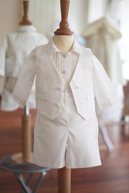 Gilet cérémonie baptême bébé garçon coton blanc. Ensemble baptême bébé garçon Oscar, Fil de Légende. Magasin vêtements baptême Paris, Neuilly-sur-Seine. Envois dans toute la France et à l'international.