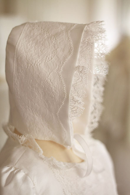 Bonnet de Brit Milah bébé garçon en coton et dentelle fine blanc cassé clair. Modèle béguin bébé Maxance, Fil de Légende. Magasin vêtements Brit Milah Paris, Neuilly-sur-Seine. Expédition en France et à l'international.