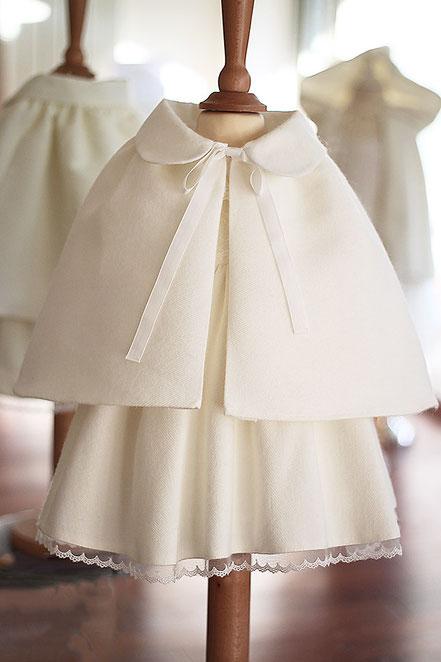 Cape baptême hiver Kiara lainage blanc automne hiver. Magasin Fil de Légende vêtements baptême Paris, Neuilly-sur-Seine. Envoi dans toute la France.