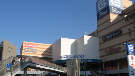 (JR緑井駅前には、フジグラン緑井店、天満屋広島緑井店、コジマ電機が並んで建っており、全てがペデストリアンデッキで結ばれています。また、実際に通勤客を対象に一部パークアンドライドを実施しています。)