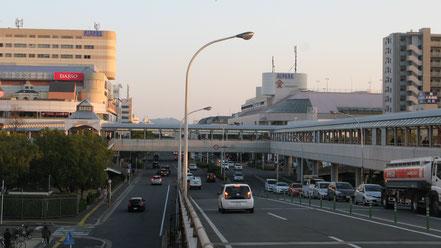 (広島での郊外型SCの先駆者である「アルパーク」は、ペデストリアンデッキでJR「新井口駅」、広電「商工センター入口駅」と繋がっています)。