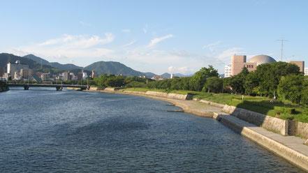 (原爆ドーム近くの相生橋から、北方面に向かおうと思った場合、河岸緑地を利用すれば500m程度、信号に出会わなくて済みます)