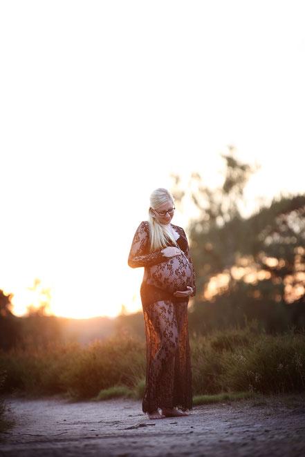 Babybauch_schwanger_Kleid_Gegenlicht_verträumt