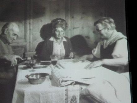 Elly Koch, mitte, suchte auch in Privathaushalten nach alten Bündner Kreuzstichmustern. (Bild aus dem Film des Bayerischen Rundfunks über Elly Koch 1980)
