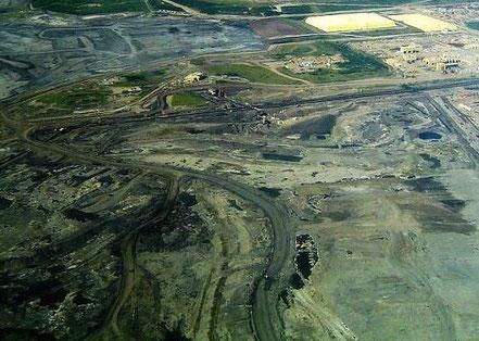 Teersand-Abbau in Kanada: Das daraus produzierte Öl könnte schon bald nach Europa exportiert werden. (Foto: TastyCakes/Wikimedia Commons)