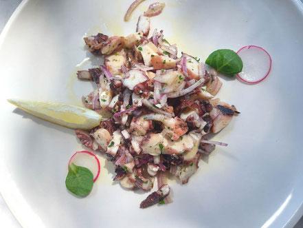 MAG Lifestyle Magazin Urlaub Reisen Kroatien Dalmatien Makarska Riviera Brela Restaurant Konoba Feral Oktopus Salat Krakensalat Gourmet Feinschmecker Restaurants