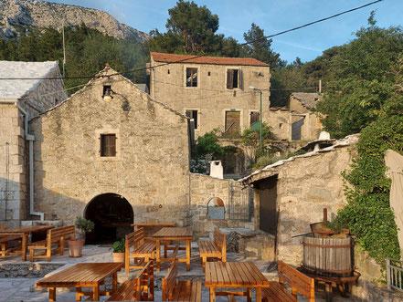 MAG Lifestyle Magazin Urlaub Reisen Kroatien Dalmatien Makarska Riviera Brela Restaurant Konoba Galinac Meeresfrüchte Fisch Fleisch Holzkohlengrill Gourmet Feinschmecker Restaurants Weinkeller