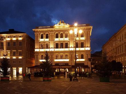 MAG Lifestyle Magazin Urlaub Reisen Triest Italien Hafenstadt Monarchie Piazza Unita d'Italia Caffè degli Specchi Grand Hotel Duchi d' Aosta Eisenbahnmuseum Strassenbahn Miramare