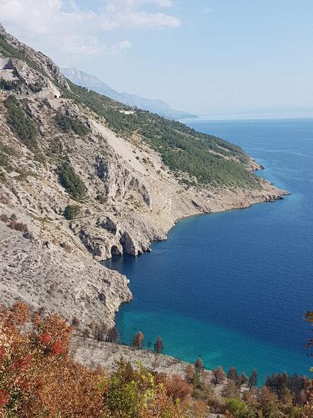 MAG Lifestyle Magazin Kroatien Dalmatien Urlaub Reisen Adria FKK schönste Strände Makarska Riviera Brela schwimmen sonnen nackt Bucht Vrulja Cvitačka